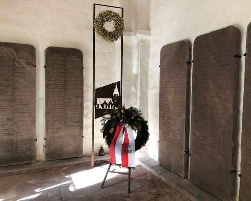 Mahnmal im Turm der Kirche mit Kranz