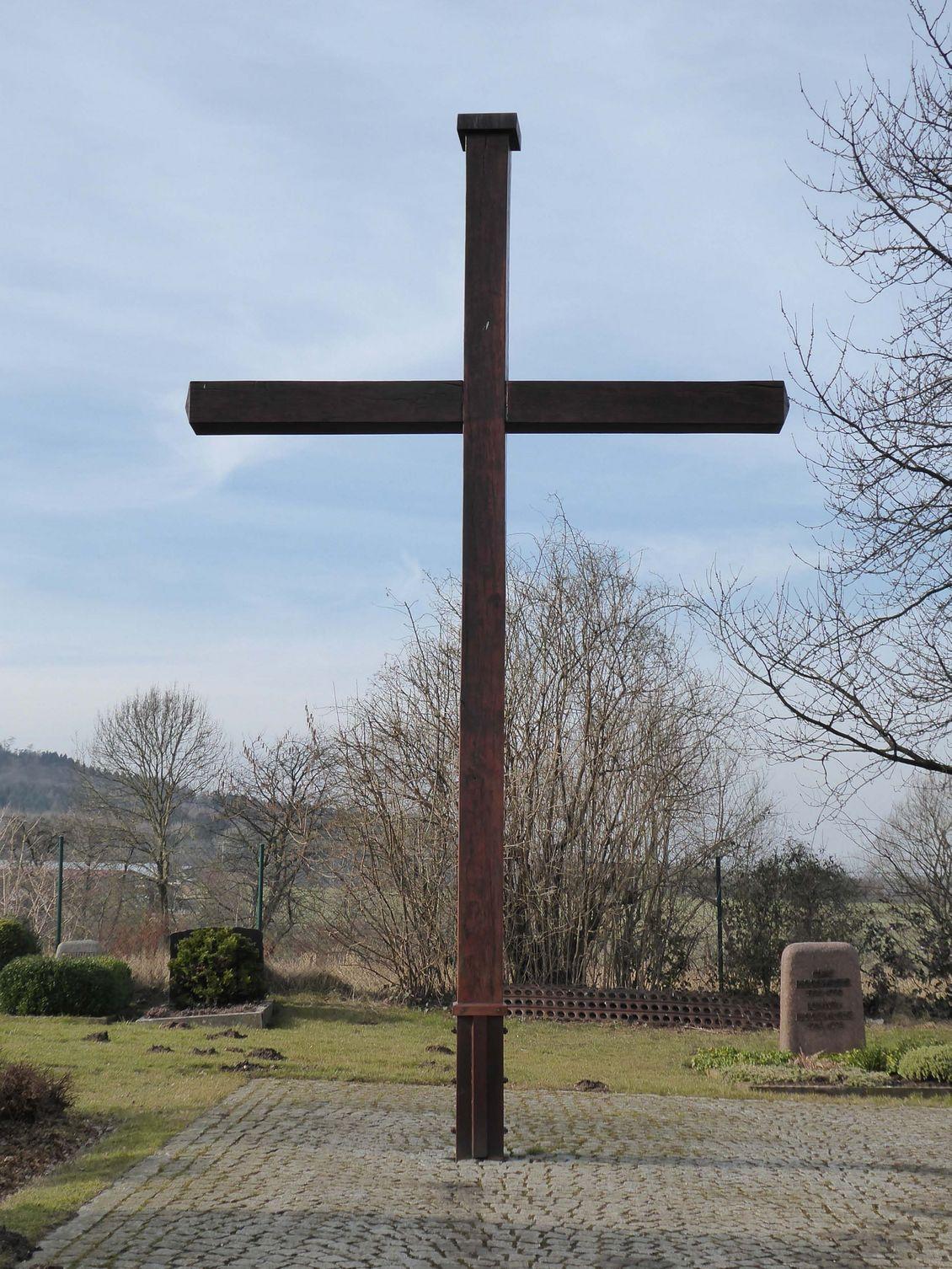 Holzkreuz auf dem Friedhof an der Richard-Thiemann-Straße