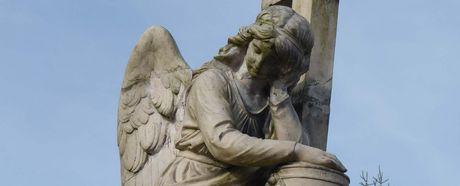 Grabmal auf dem Friedhof mit Engel
