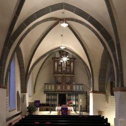 Kirchenschiff im Advent