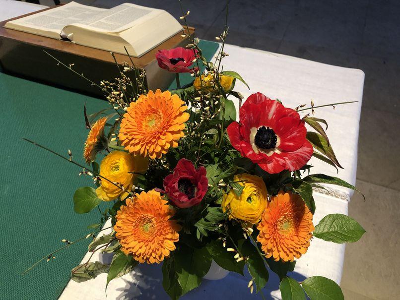 Blumen auf dem Abendmahlstisch