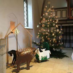 Große Krippe in der Kirche vor Weihnachtsbaum