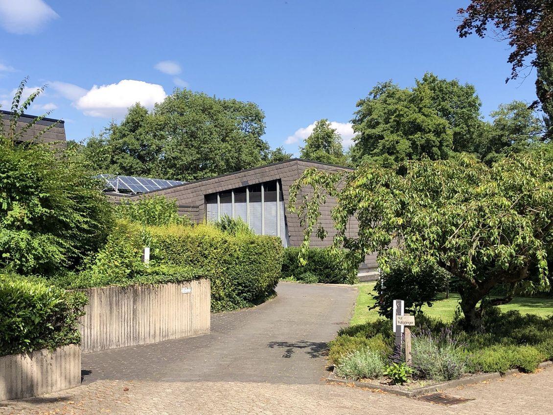 Außenaufnahme des Gemeindezentrums am Kirchweg 16