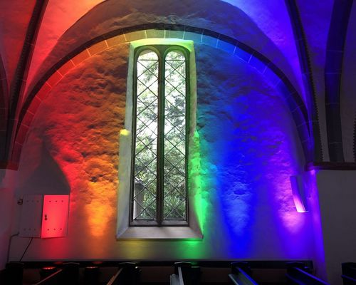 Scheinwerfer schaffen einen Regenbogen in der Kirche