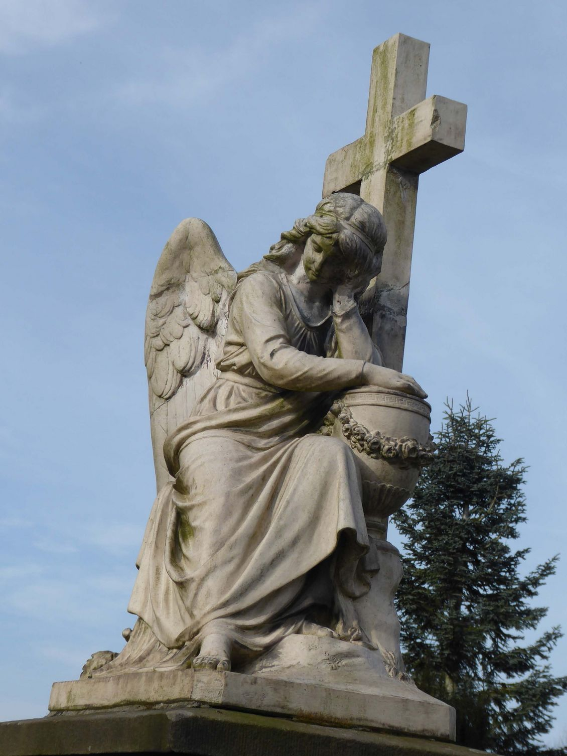 Grabmal mit Engel auf dem Friedhof an der Richard-Thiemann-Straße