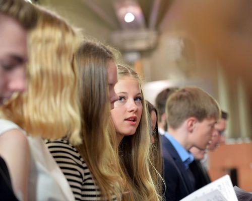 Jugendliche bei ihrer Konfirmation