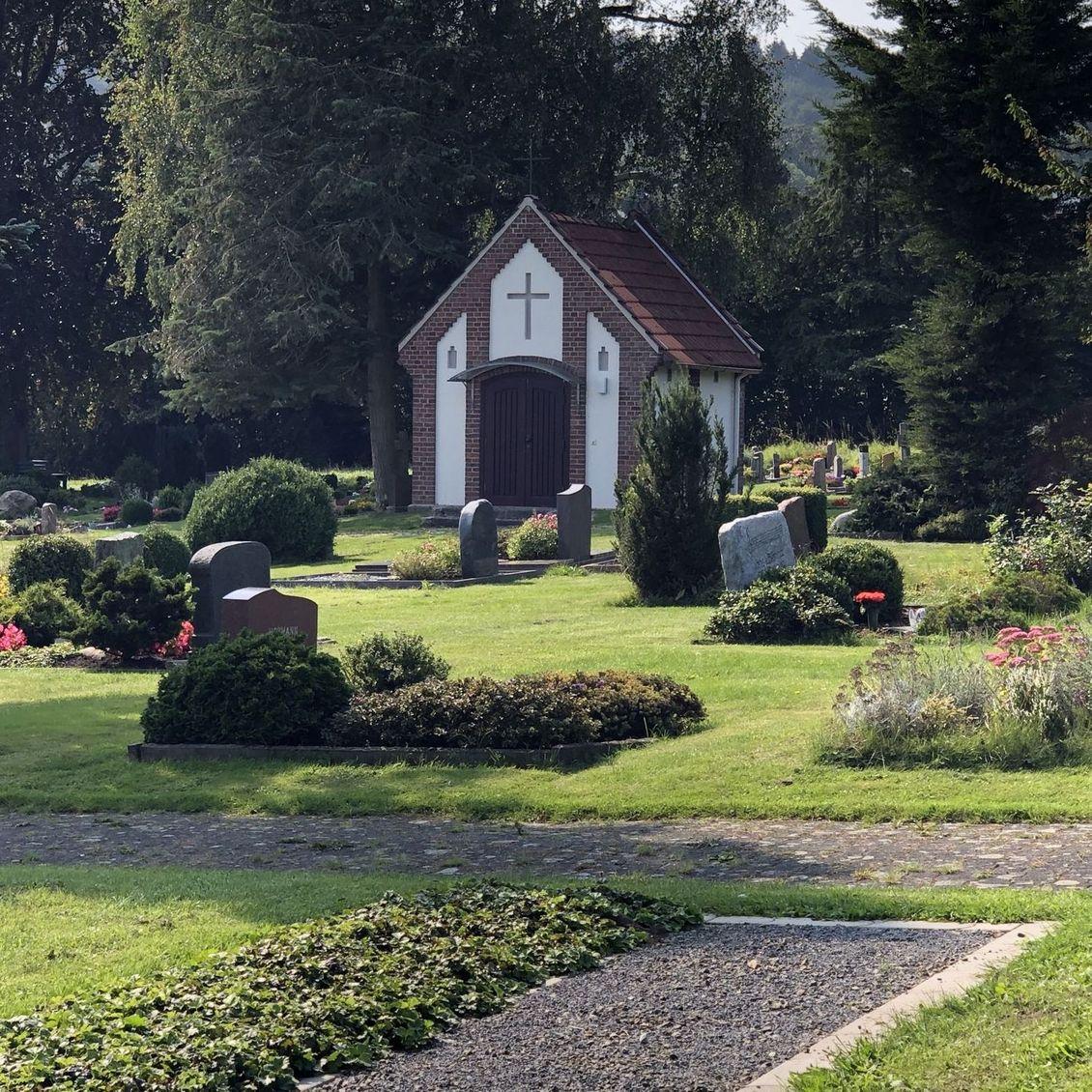 Sargrasenfeld mit Kapelle im Hintergrund