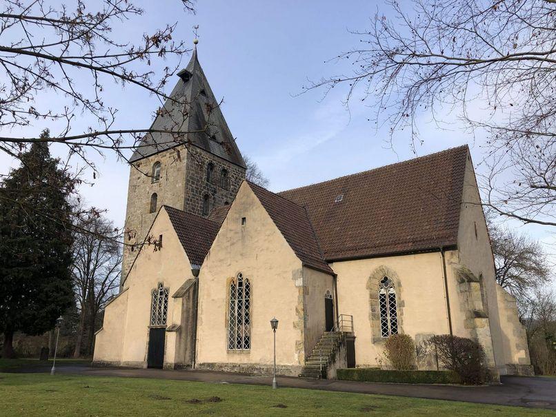 Außenaufnahme der Kirche an einem Wintertag