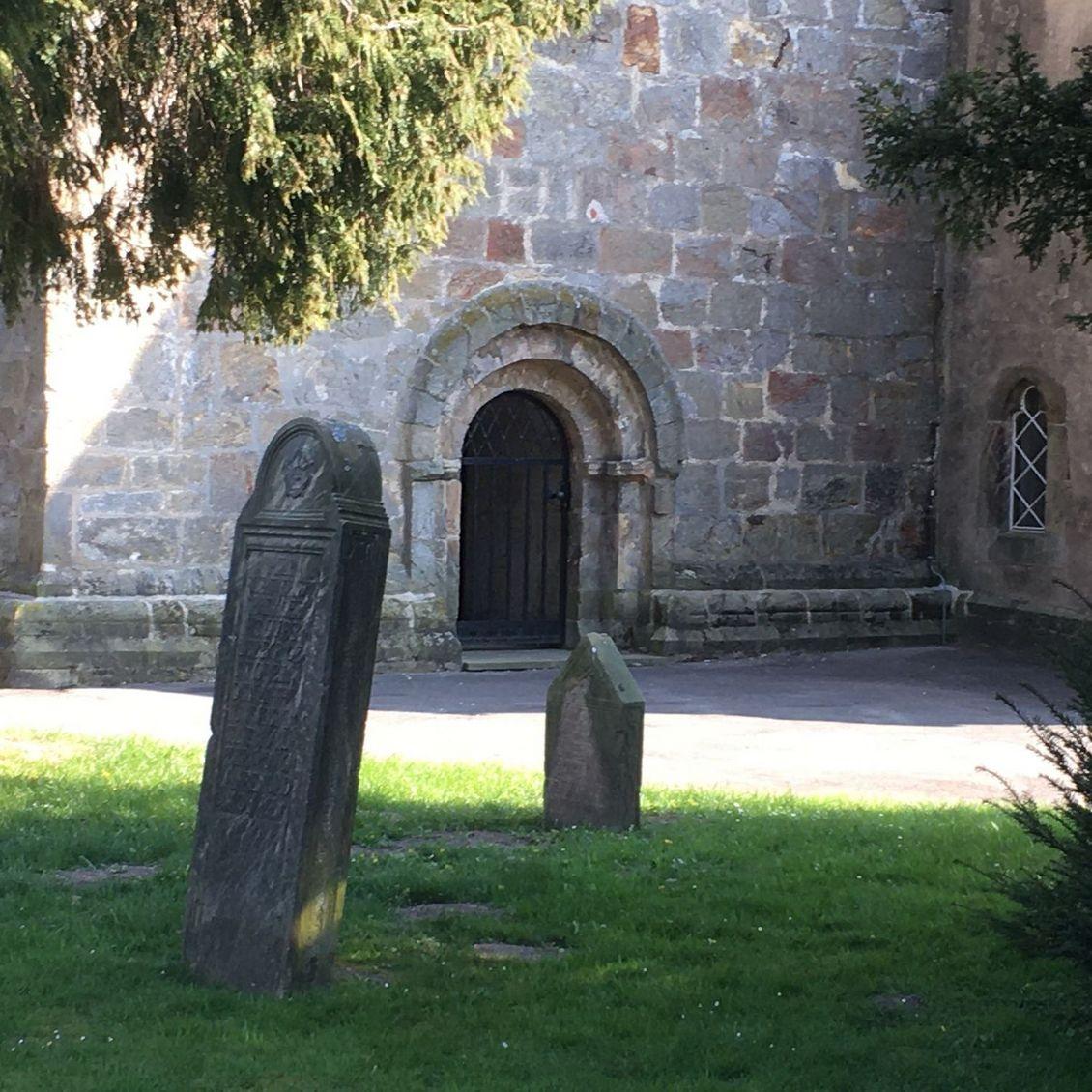 Alte Grabsteine an der Kirche
