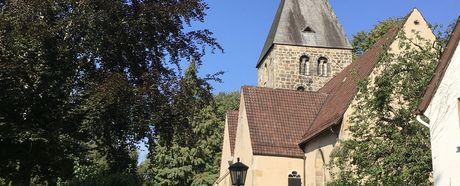 Wiesenfest vor der Kirche